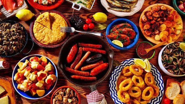Diversa comida en platos