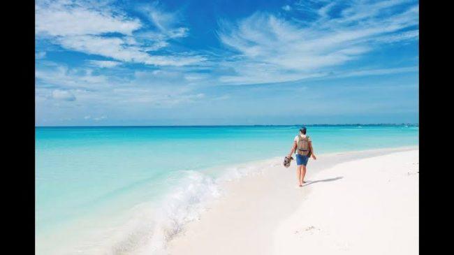 Persona caminando sobre la playa