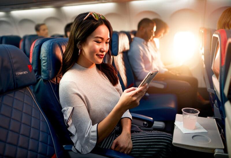 Chica viajando en avión