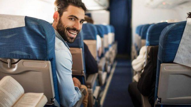 Chico en avión