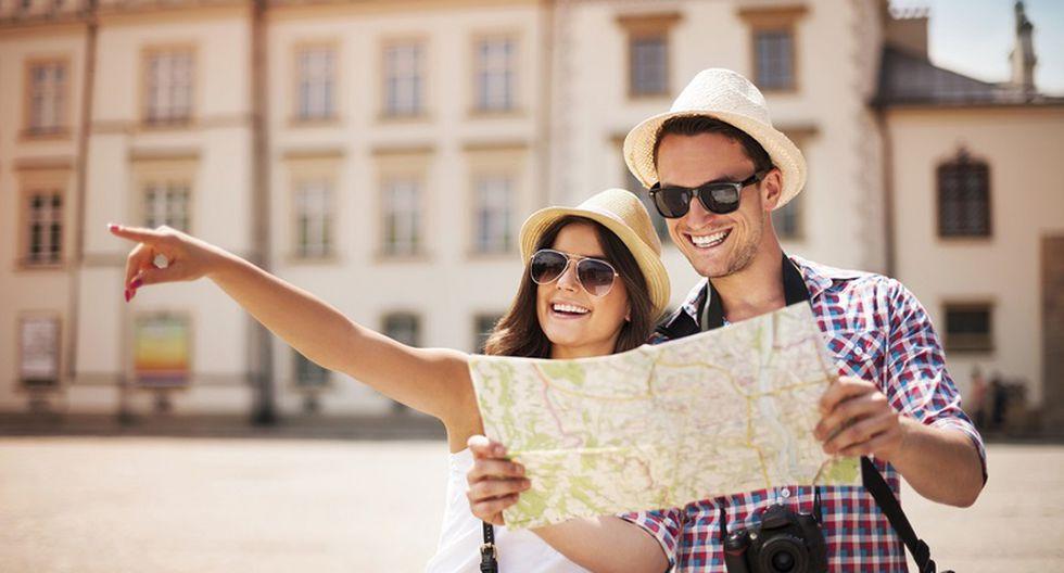 Chicos viajando y viendo un mapa