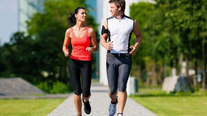Mujer y hombre hacen ejercicio
