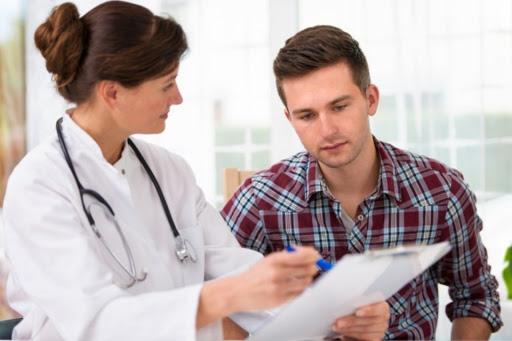 Joven habla con tu médico