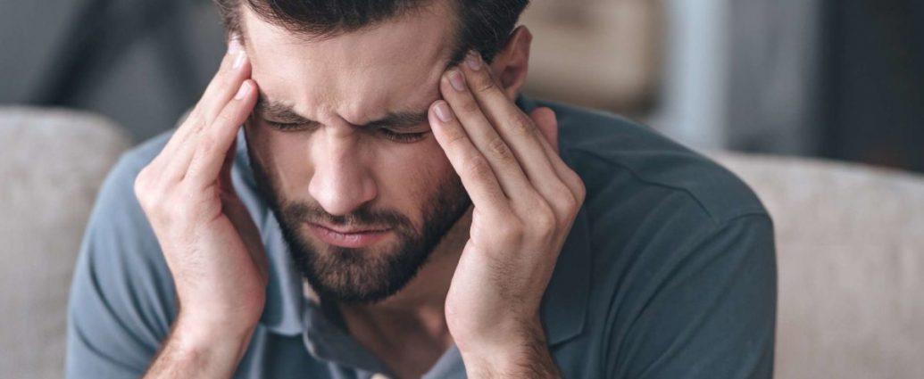 Hombre con dolor de cabeza
