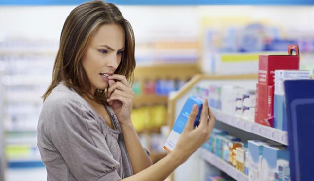 Mujer comprando naproxeno y paracetamol
