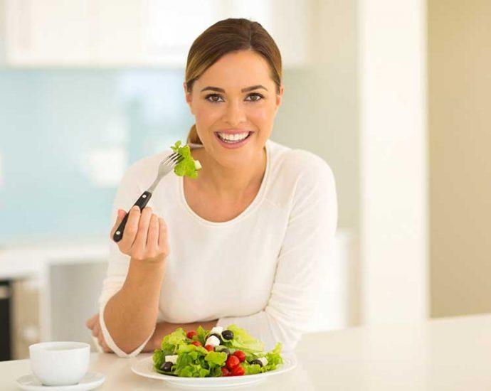 Mujer consumiendo magnesio