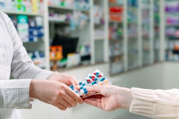 Persona comprando dinitrato de isosorbida aurax para la angina