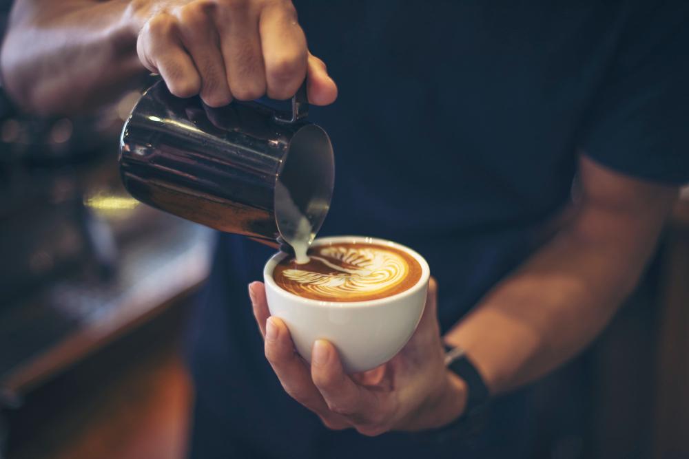 barista-haciendo-café-latte
