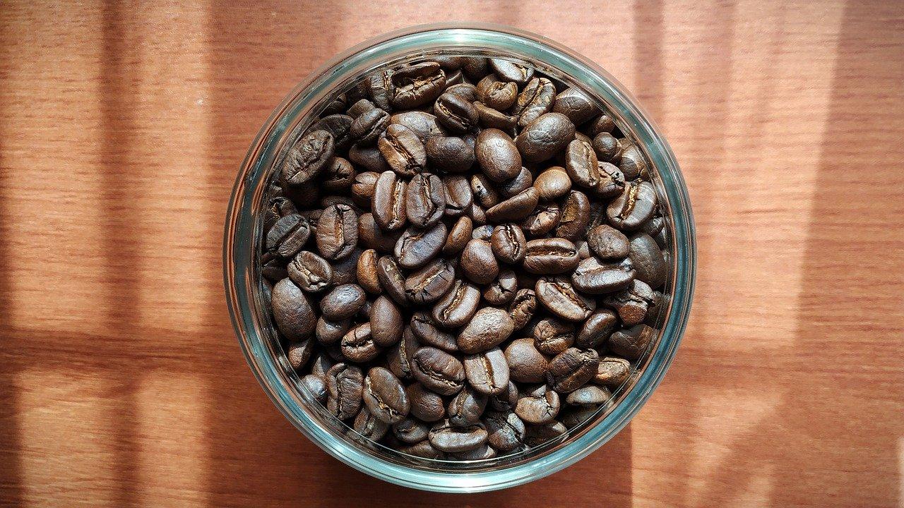 granos de café en un plato