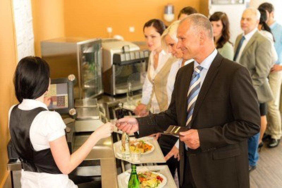 hombre pagando en cafetería