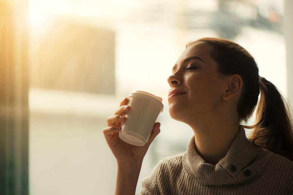 mujer-disfrutando-sabor-del-café