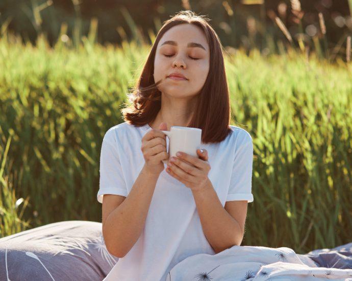 mujer disfrutando taza de café
