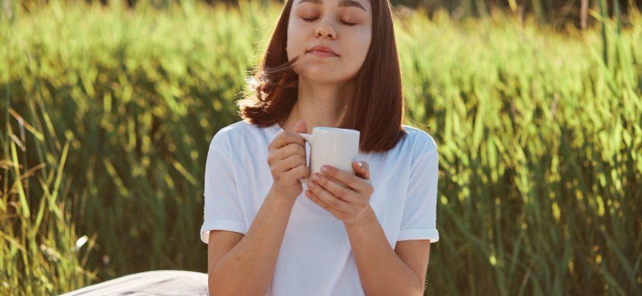 mujer-disfrutando-taza-de-café