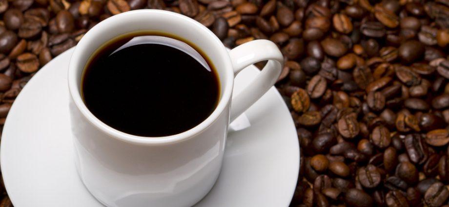 taza-café-negro-alrededor-granos-de-café